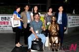 外国记者韩国和平纪念碑前留念