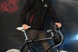 和郑宇成比骑脚踏车