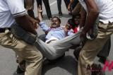 印度贫困学生示威 要求提供免费教材