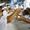 """世界""""洗手节""""菲律宾儿童学习正确洗手方式"""